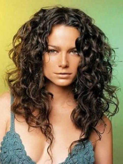Cele Mai Bune 25+ De Idei Despre Long Curly Haircuts Pe Pinterest With Long Curly Hairstyles (View 15 of 15)
