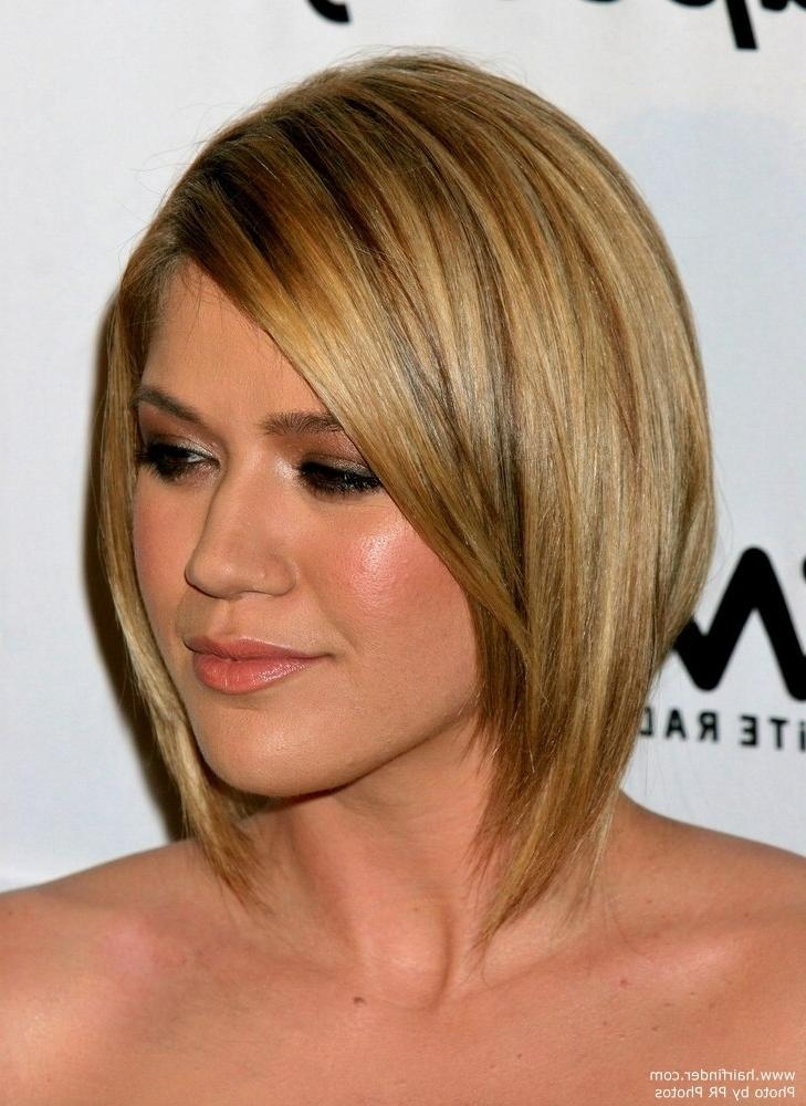 Kelly Clarkson With Bangs Across The Forehead, Giving An Oval Face Inside Kelly Clarkson Short Hairstyles (Gallery 4 of 15)