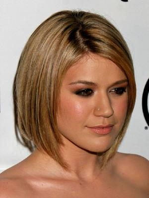 Kelly Clarkson With Short Hair Pertaining To Kelly Clarkson Short Hairstyles (View 11 of 15)