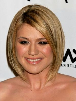 Kelly Clarkson With Short Hair Regarding Kelly Clarkson Short Haircut (View 10 of 15)