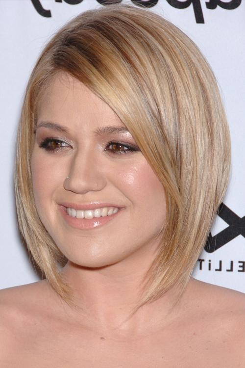 Kelly Clarkson's Hairstyles & Hair Colors | Steal Her Style With Kelly Clarkson Short Haircut (View 12 of 15)