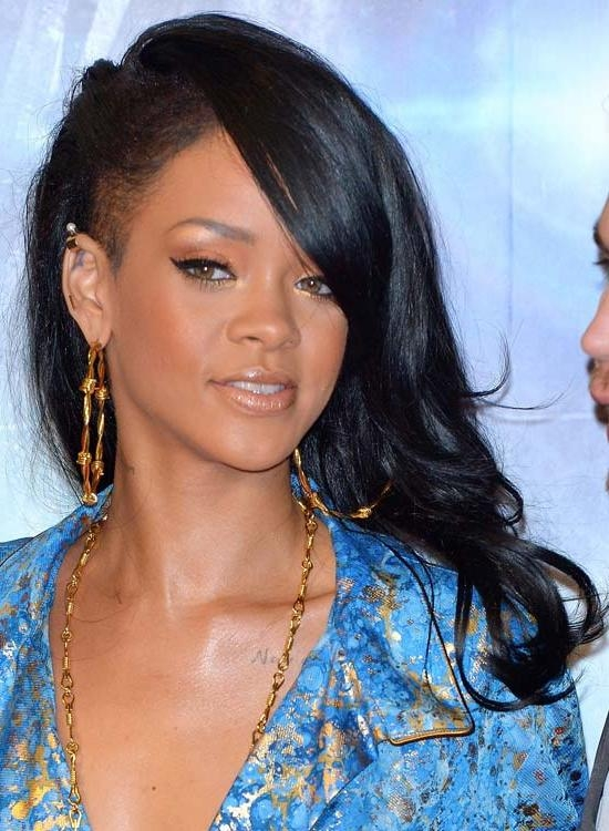 50 Best Rihanna Hairstyles Intended For Well Known Rihanna Side Swept Big Curly Bob Hairstyles (View 6 of 15)