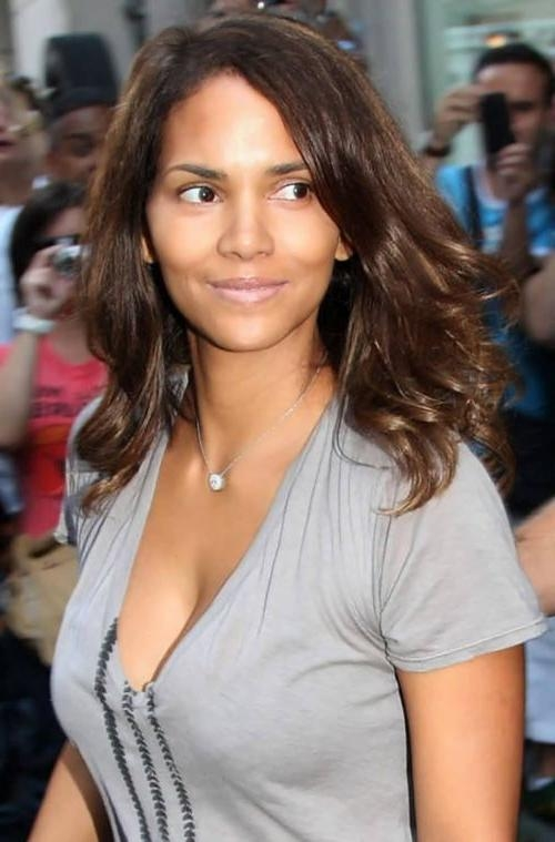 Halle Berry Haircuts: Short & Long Hair, Pixie & Curly Hairstyles Inside Halle Berry Long Hairstyles (View 6 of 15)
