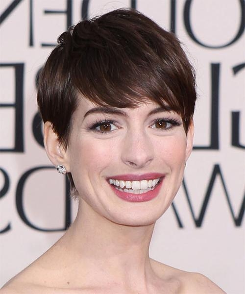 Anne Hathaway Short Straight Formal Pixie Hairstyle With Side With Regard To Anne Hathaway Short Haircuts (View 11 of 20)
