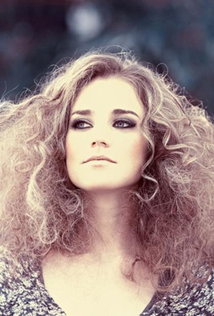 Carrie Bradshaw Curls , 8 Gorgeous Hairstyles For Frizz Prone Hair For Carrie Bradshaw Short Haircuts (View 7 of 20)