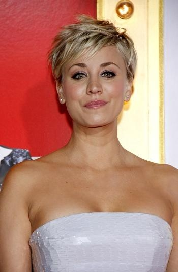 Hairstyles: Kaley Cuoco – Trendy Short Hairstyle | Sophisticated Within Kaley Cuoco New Short Haircuts (View 10 of 20)