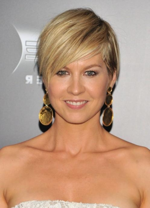 Jenna Elfman Hairstyles: Fresh & Chic Short Haircut With Side Pertaining To Short Haircuts Side Swept Bangs (View 10 of 20)