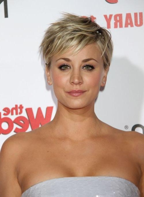 Kaley Cuoco Hairstyles & Haircuts: Short, Pixie, Bangs & Updos Regarding Kaley Cuoco Short Hairstyles (Gallery 6 of 20)