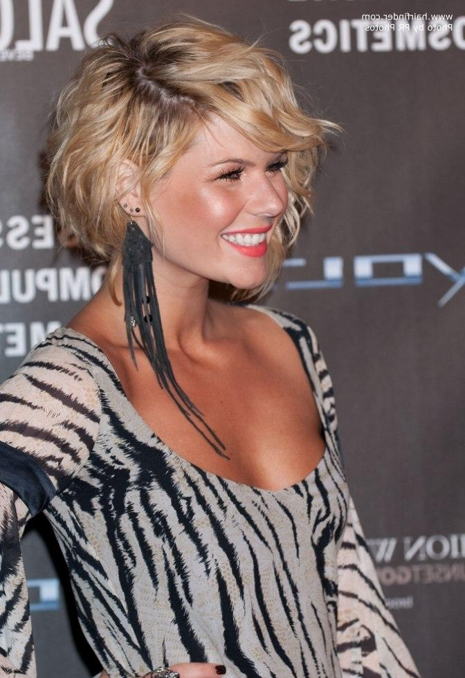 Kimberly Caldwell's Short Asymmetrical Haircut With One Side In Short Haircuts With One Side Longer Than The Other (View 14 of 20)