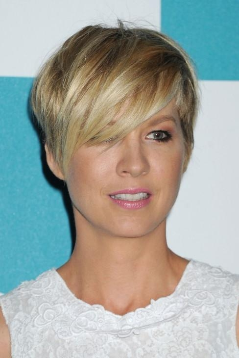 Most Popular Short Haircut For Women – Jenna Elfman Layered Razor Regarding Razor Cut Short Hairstyles (View 13 of 20)