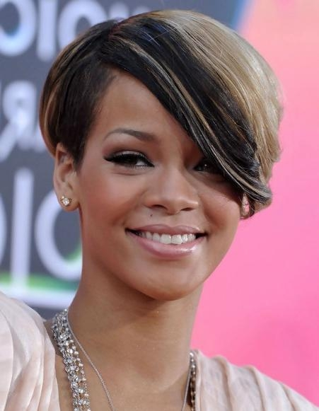 Rihanna Short Haircut With Side Swept Bangs – Hairstyles Weekly With Short Haircuts Side Swept Bangs (View 12 of 20)