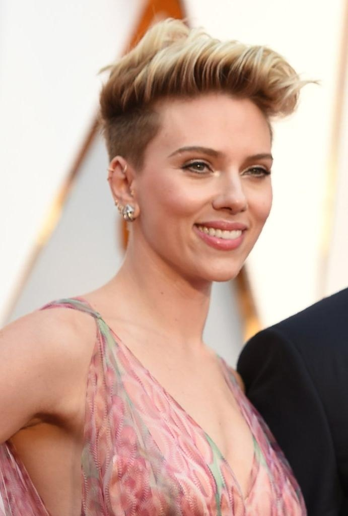 Scarlett Johansson's Hair And Makeup At The 2017 Oscars | Popsugar Within Scarlett Johansson Short Hairstyles (View 6 of 20)