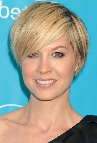 Short Hairstyle With Side Swept Bangs Inside Short Hairstyles With Side Swept Bangs (View 14 of 20)