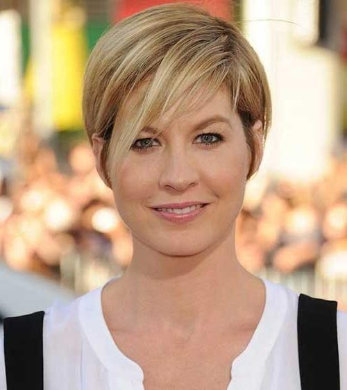 15 Short Straight Hairstyles For Round Faces (View 2 of 20)