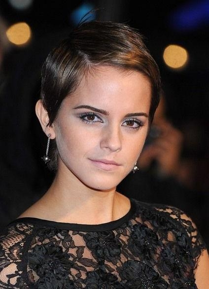 Emma Watson Short Haircut: Brunette Sleek Highlighted Pixie Cut With Regard To Well Known Brunette Pixie Haircuts (View 16 of 20)