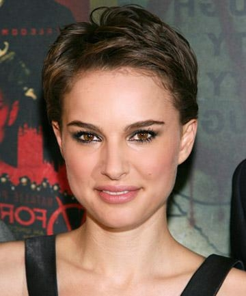 Natalie Portman's Face Flaunting Pixie Cut , 19 Gorgeous Pixie Inside Well Known Pixie Haircuts For Long Face (View 13 of 20)