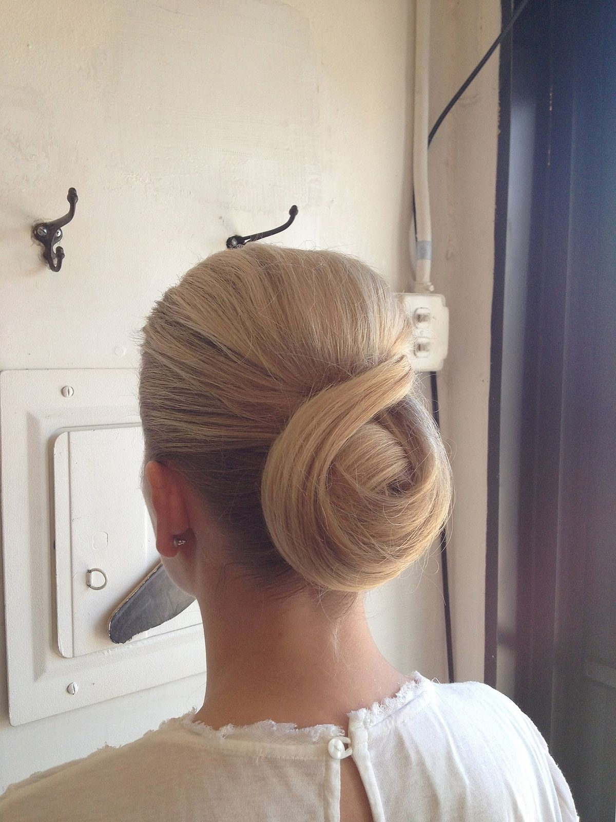 Chignon (Hairstyle) – Wikipedia Pertaining To Chignon Updo Hairstyles (View 7 of 15)