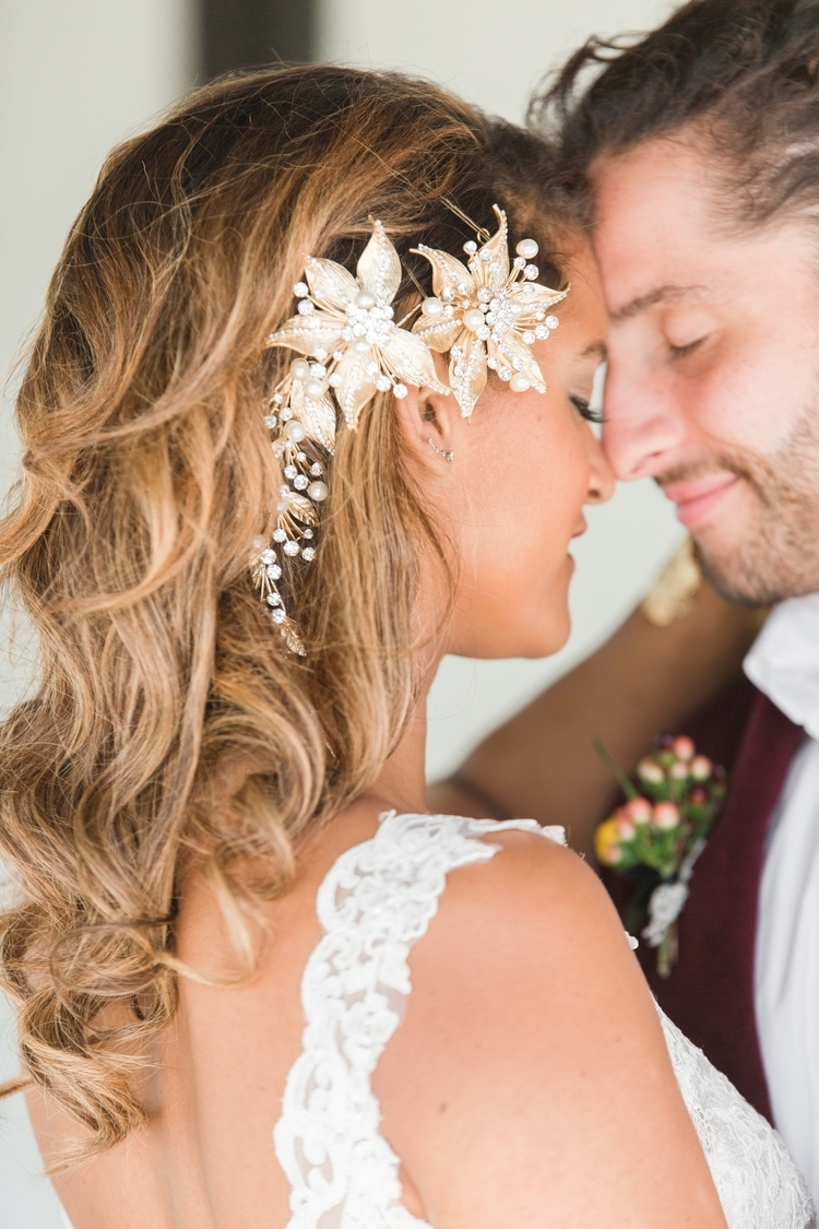 23 Gorgeous Beach Wedding Hairstyles From Real Destination Weddings With Regard To Newest Beach Wedding Hairstyles (View 6 of 15)