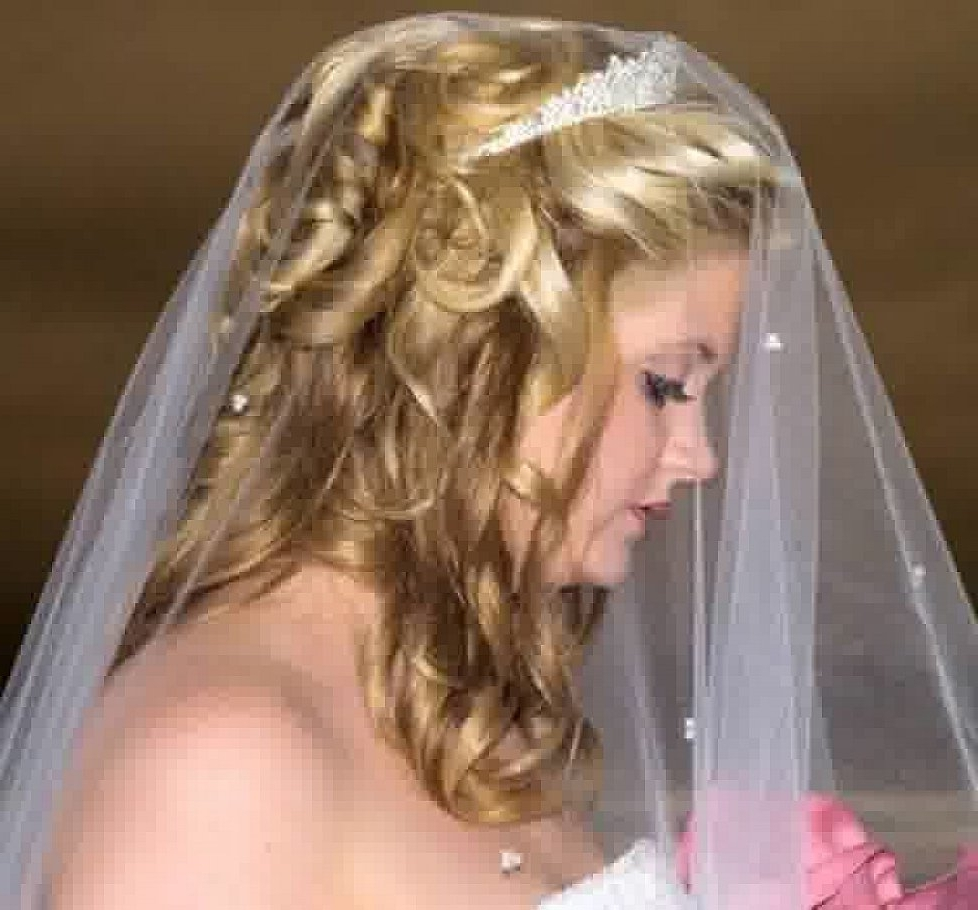 Casual Wedding Curly Hairstyles With Veil For Medium Length Hair With Regard To 2017 Wedding Hairstyles For Shoulder Length Hair With Veil (View 3 of 15)