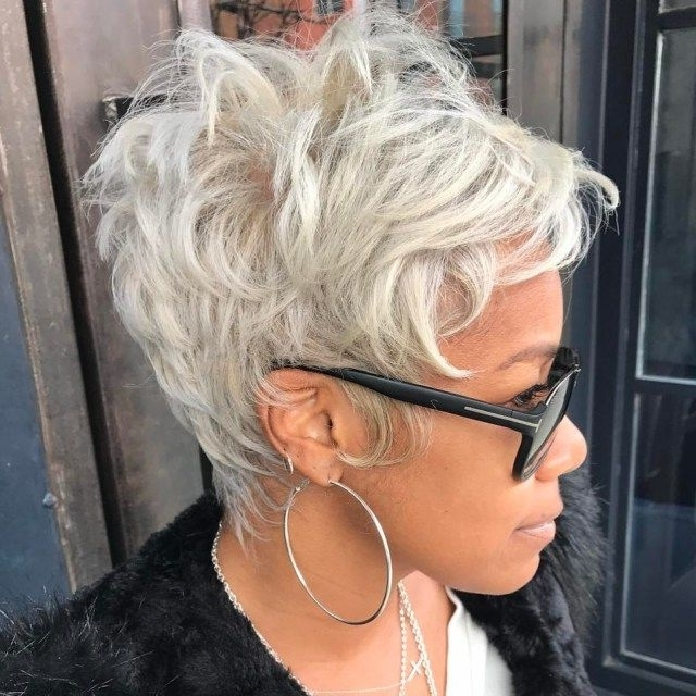 Featured Photo of African American Messy Ashy Pixie Haircuts