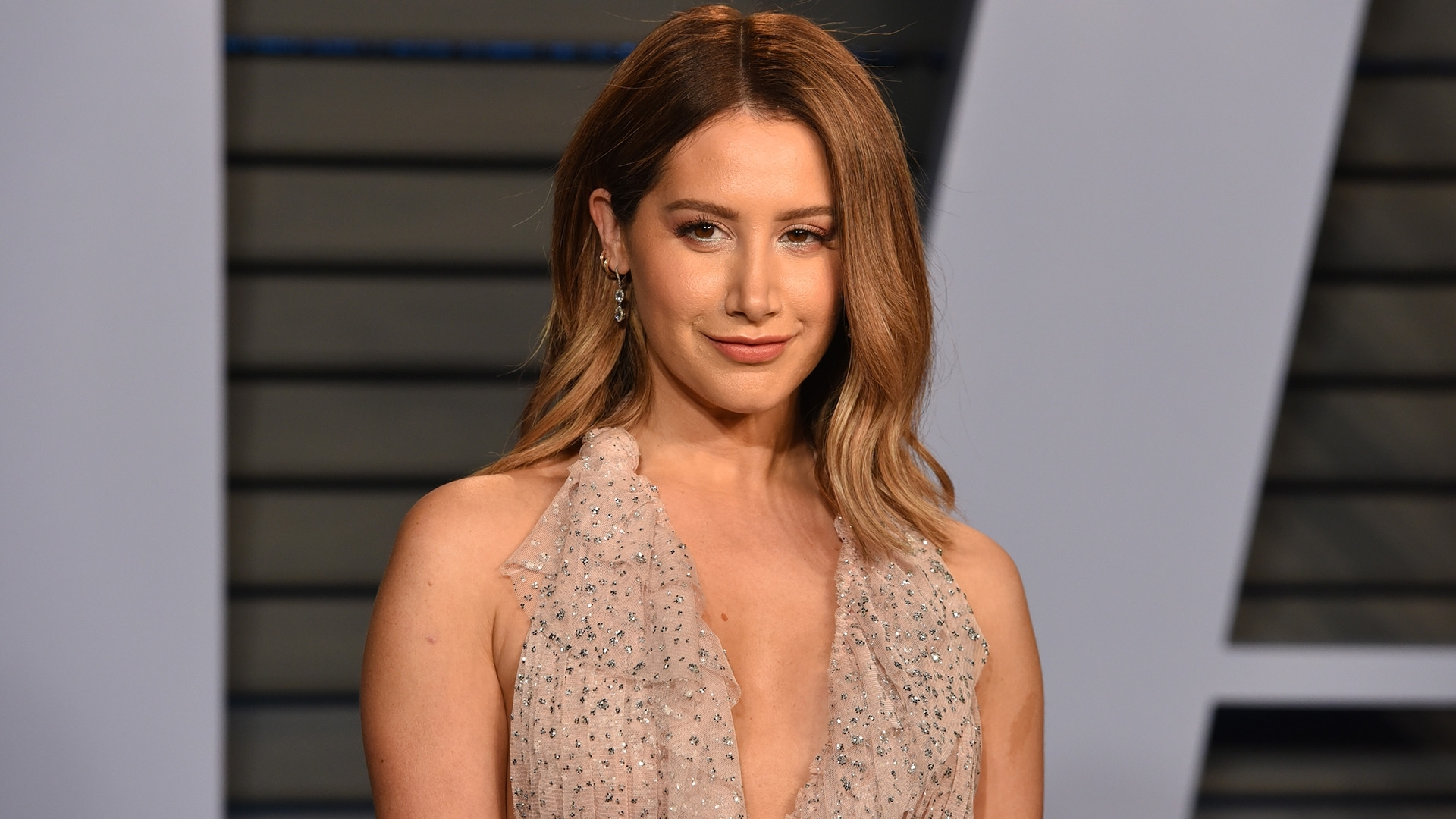 Ashley Tisdale Debuts New Blonde Bob Haircut (Gallery 16 of 20)