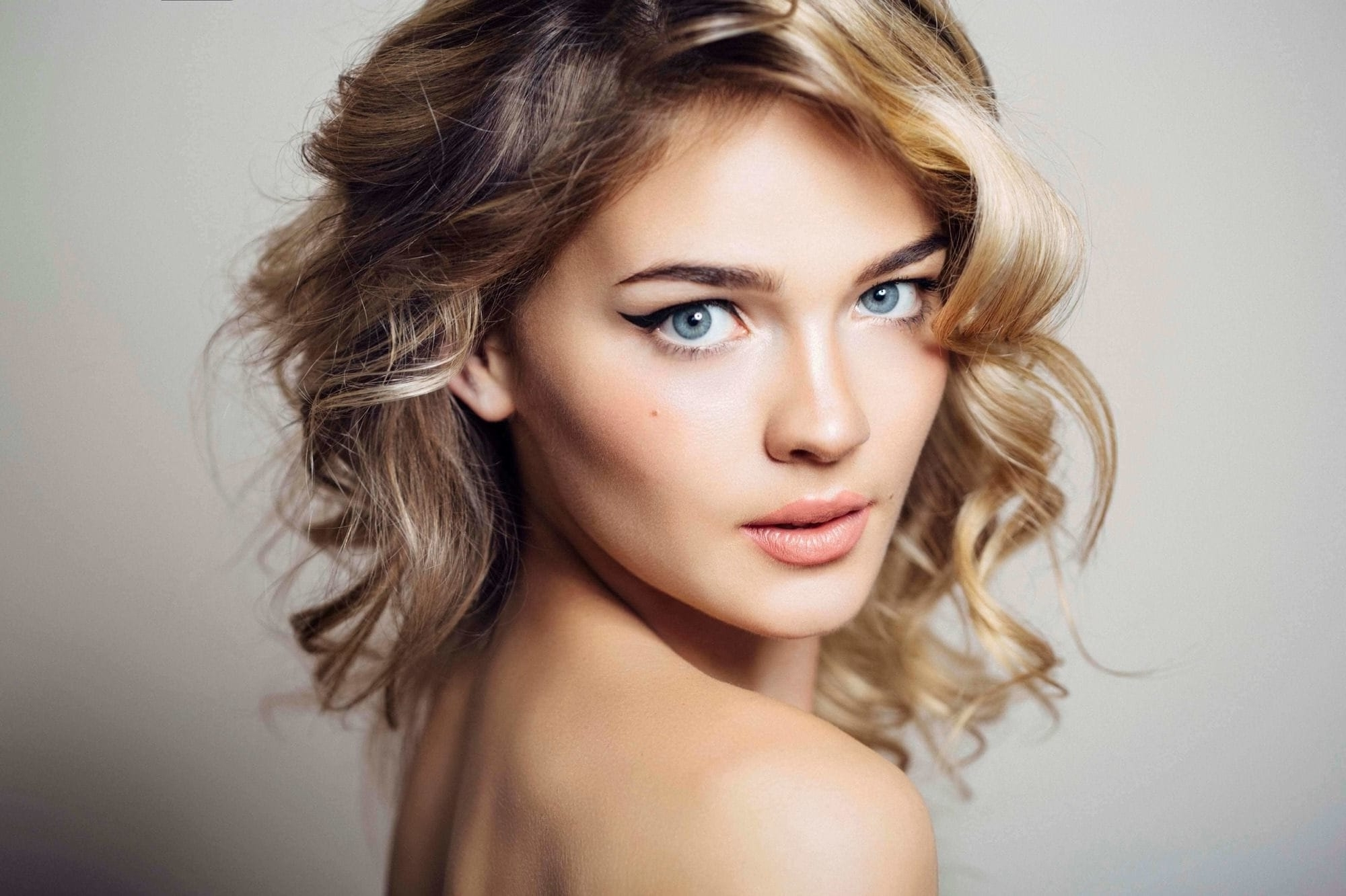 Blonde Hair With Dark Roots: Stylish Ways To Wear This Hair Trend Inside Newest Sleek Blonde Hairstyles With Grown Out Roots (View 18 of 20)