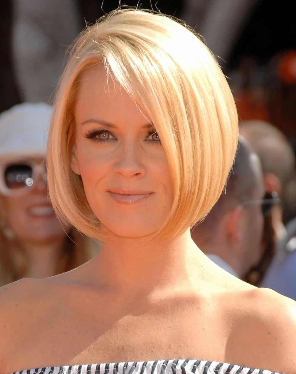 Fashionable Inverted Blonde Bob For Thin Hair Throughout Angled Bob Haircut (View 16 of 20)