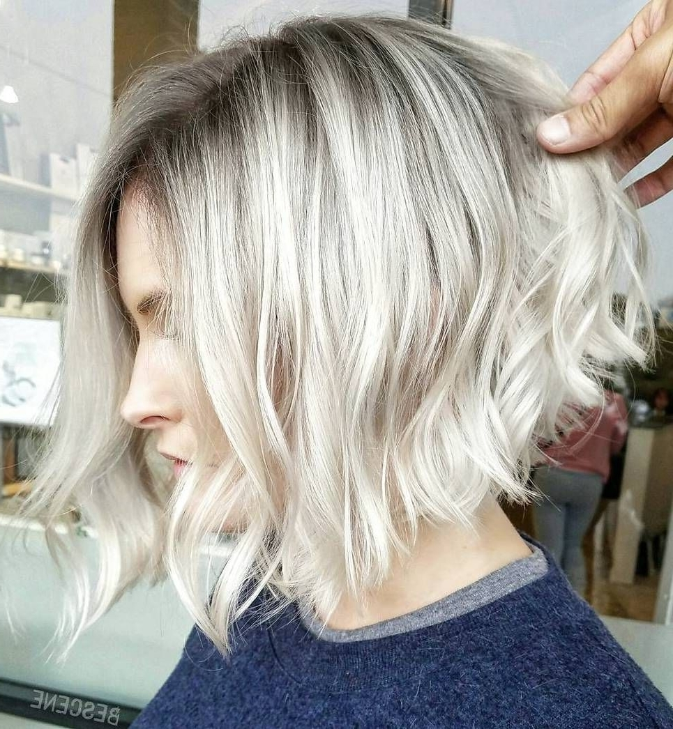 Featured Photo of Angled Wavy Lob Blonde Hairstyles
