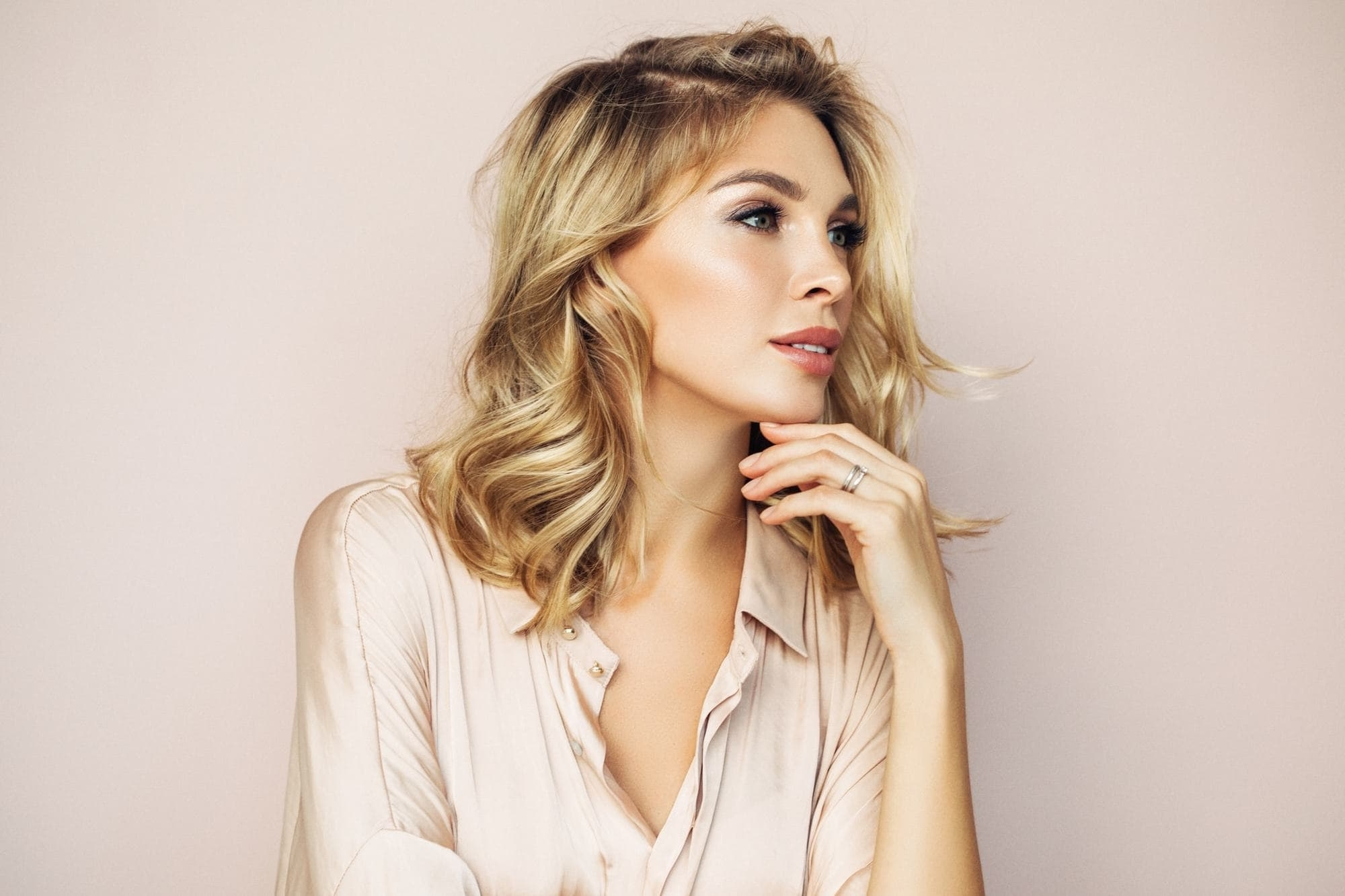 Trendy Voluminous And Carefree Loose Look Blonde Hairstyles For Messy Hairstyles: 10 Perfectly Imperfect Hairstyles (View 17 of 20)