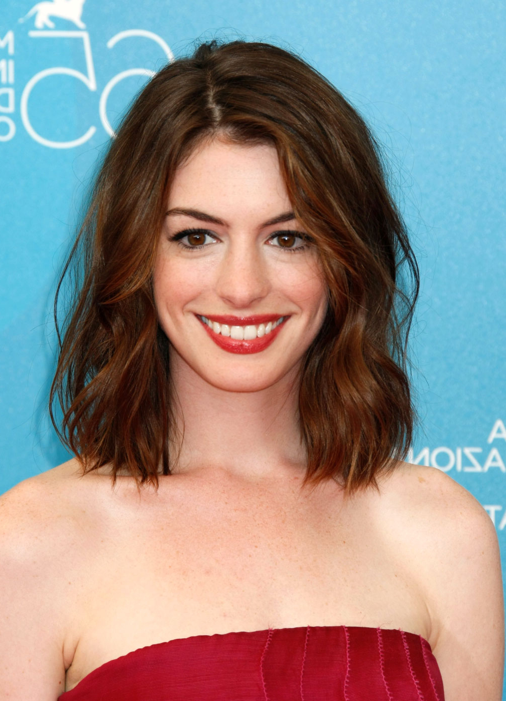 Anne Hathaway Hairstyles Pictures Of Anne Hathaway (View 4 of 20)