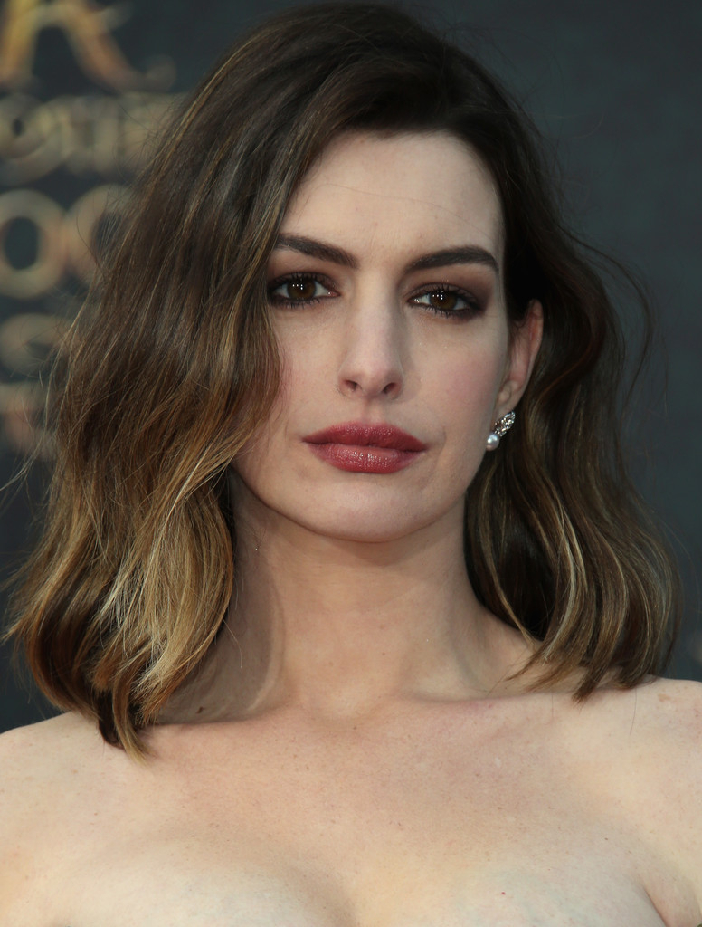 Anne Hathaway Medium Wavy Cut – Anne Hathaway Hair Looks – Stylebistro For Most Recent Anne Hathaway Medium Hairstyles (View 4 of 20)