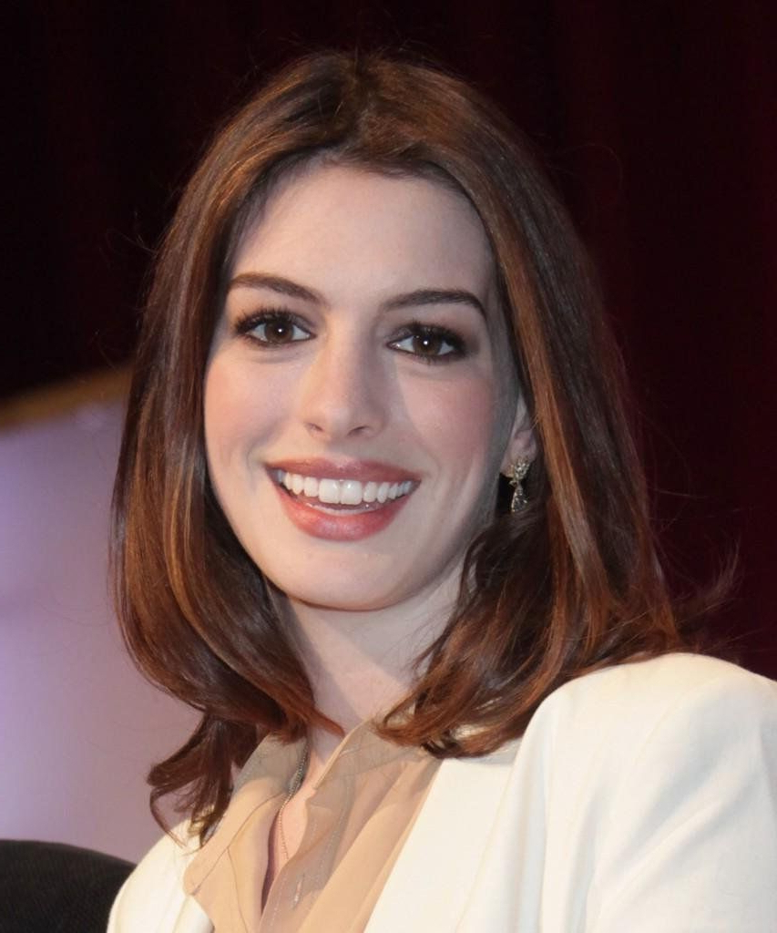Famous Anne Hathaway Medium Haircuts With Regard To Anne Hathaway Medium Haircut Anne Hathaway Straight Chic Shoulder (View 9 of 20)
