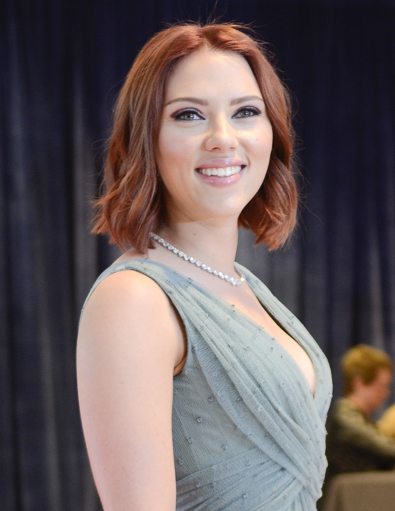 Favorite Scarlett Johansson Medium Haircuts With Scarlett Johansson Shoulder Length Hair, Scarlett Johansson Medium (View 16 of 20)