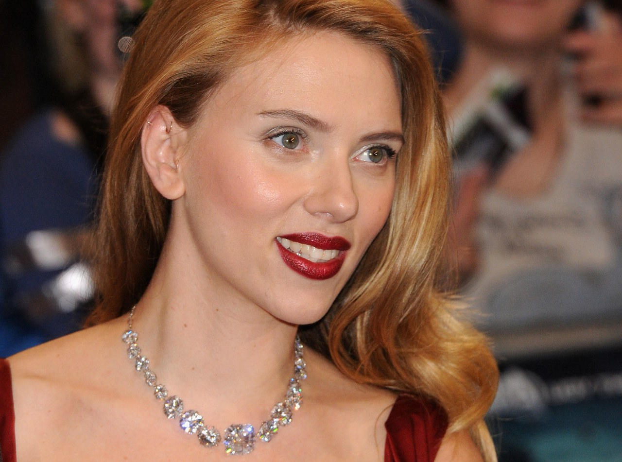 Haircut News: Scarlett Johansson Has Gone And Chopped Her Hair Into Regarding Preferred Scarlett Johansson Medium Haircuts (View 7 of 20)