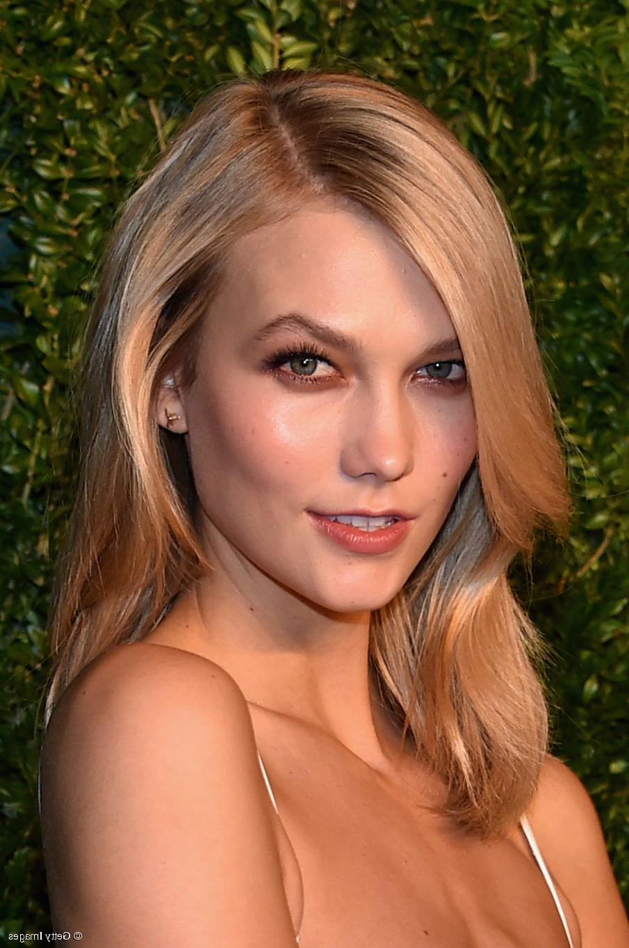 Karlie Kloss: 3 Medium Length Hairstyles To Copy Within Best And Newest Karlie Kloss Medium Haircuts (View 12 of 20)