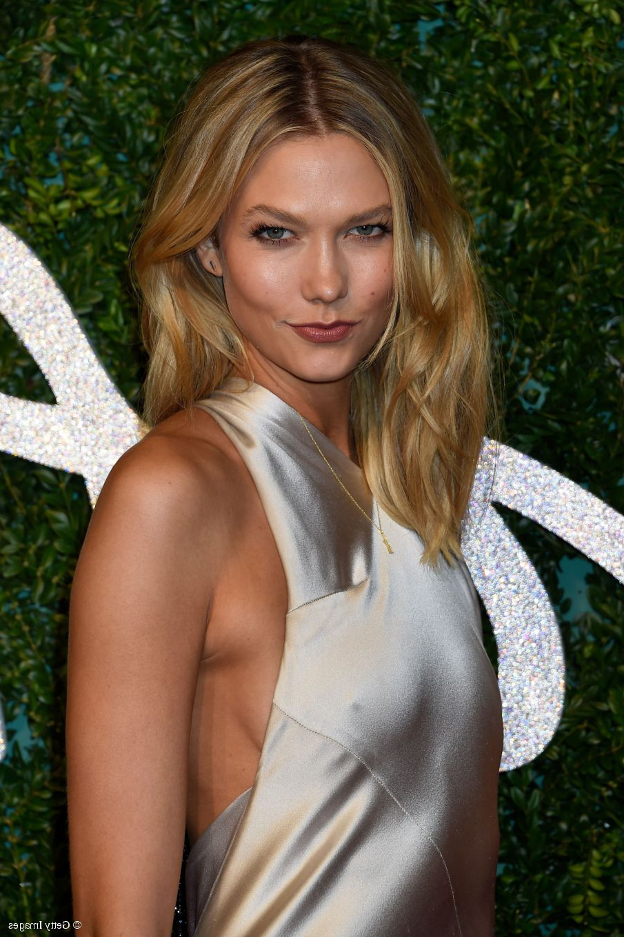 Karlie Kloss Hair Tutorial: Medium Length Beachy Blowout In Favorite Karlie Kloss Medium Haircuts (View 9 of 20)