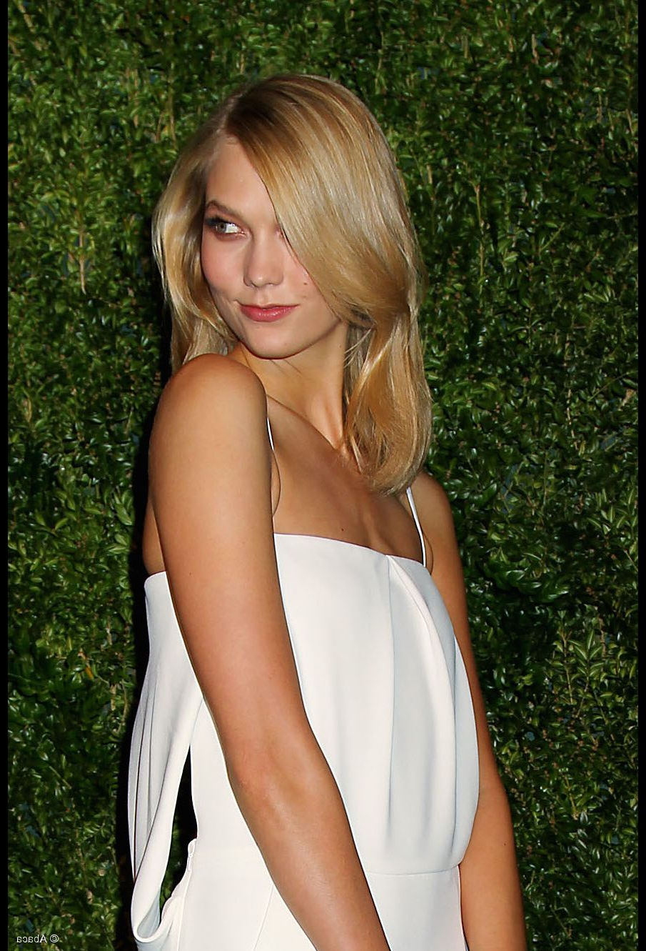 Karlie Kloss Makes Layered Hair Look Like The Best Idea Ever With Regard To Recent Karlie Kloss Medium Haircuts (Gallery 14 of 20)