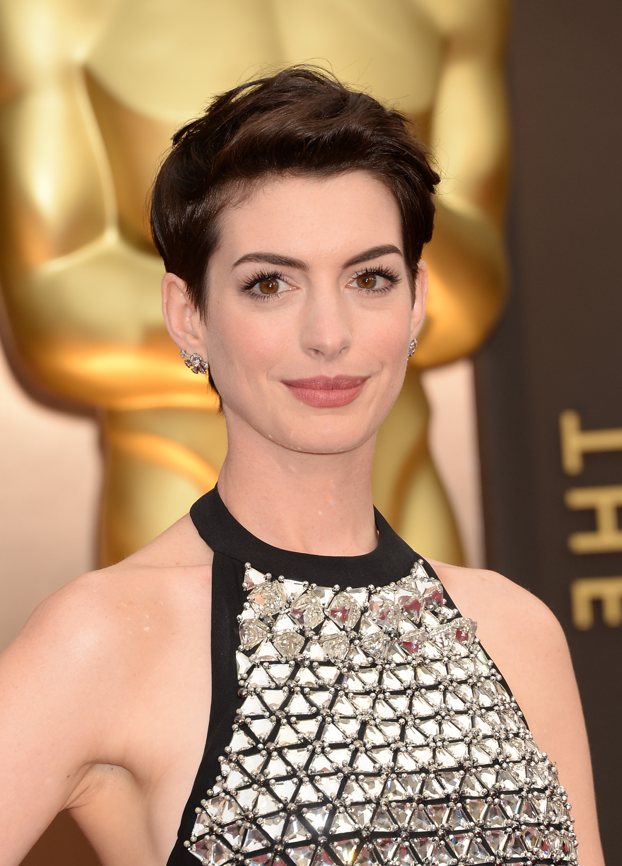 Latest Anne Hathaway Medium Haircuts Throughout Anne Hathaway's New Year's Resolution Makes Her Suddenly Very Relatable (Gallery 18 of 20)