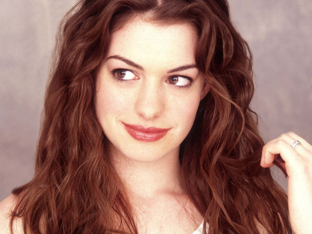 Latest Anne Hathaway Medium Hairstyles With Regard To Anne Hathaway Choppy Medium Hairstyle – Blondelacquer (View 10 of 20)