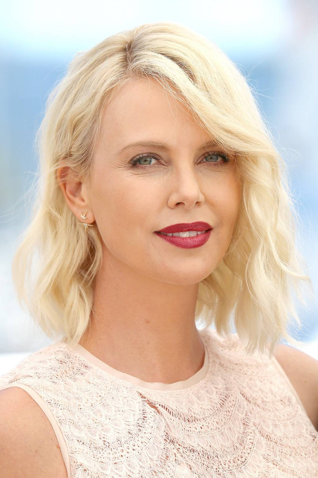 Latest Charlize Theron Medium Haircuts With Regard To Charlize Theron Red Carpet Hair And Hairstyles (Gallery 8 of 20)