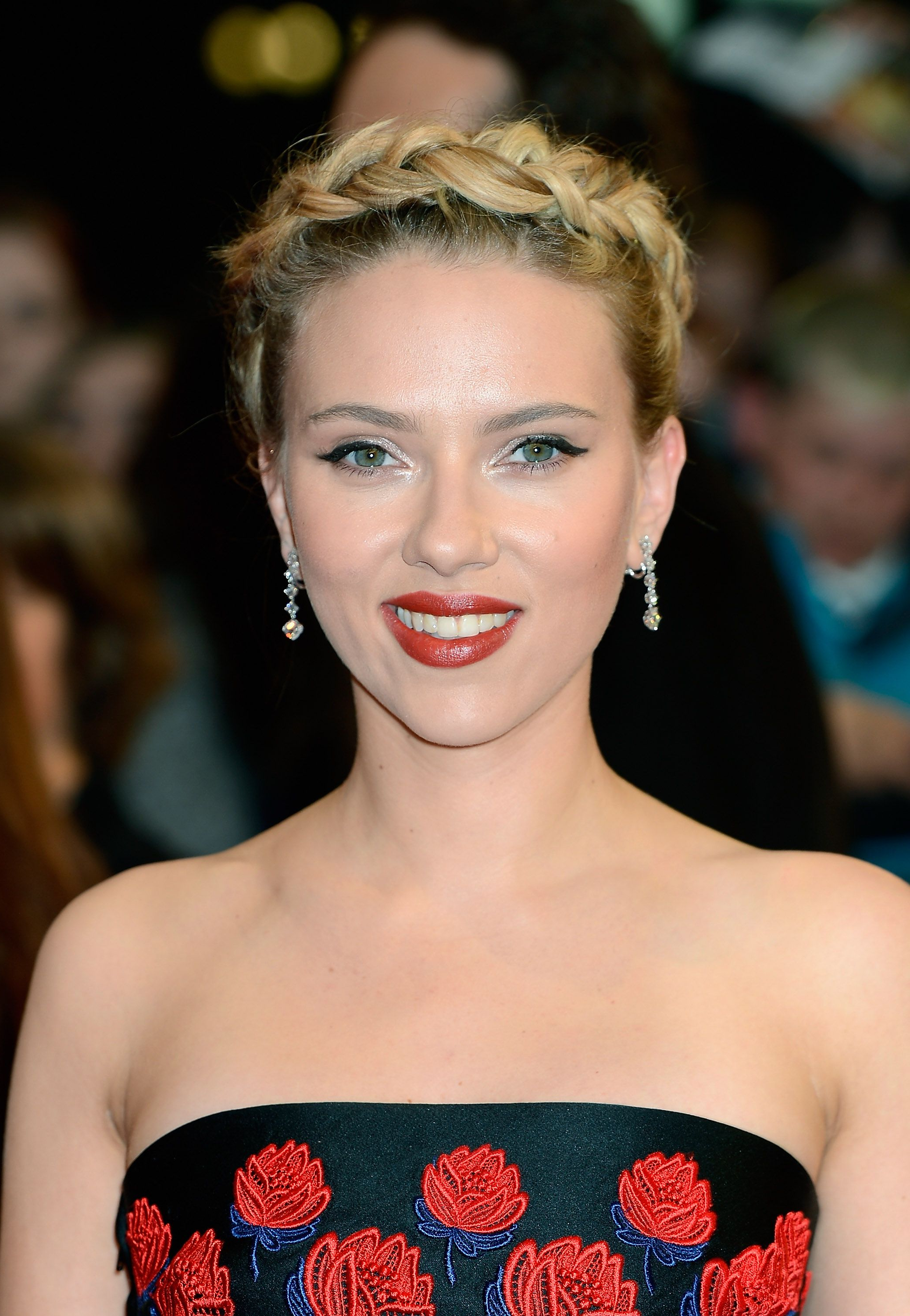 Medium Hairstyles For Women: 23 Mid Length Haircuts To Try In 2018 With Regard To Favorite Scarlett Johansson Medium Haircuts (View 14 of 20)