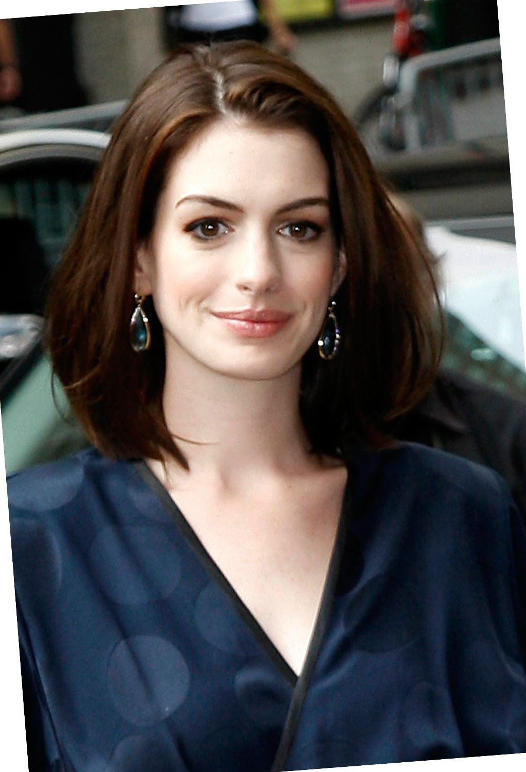 Most Current Anne Hathaway Medium Hairstyles With Anne Hathaway Haircut – 35 Anne Hathaways Stylish Hair Looks (View 11 of 20)