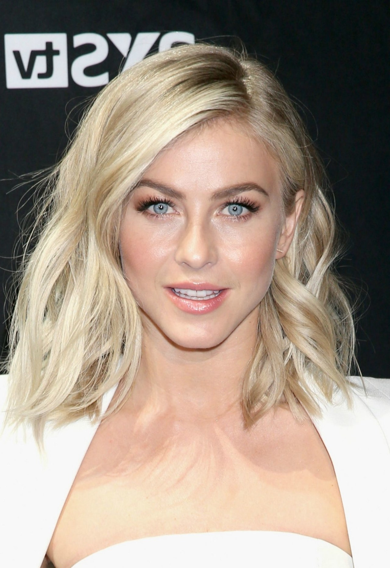 Preferred Julianne Hough Medium Hairstyles In 10 Celebrity Medium Length Hairstyles And Haircuts (View 4 of 20)