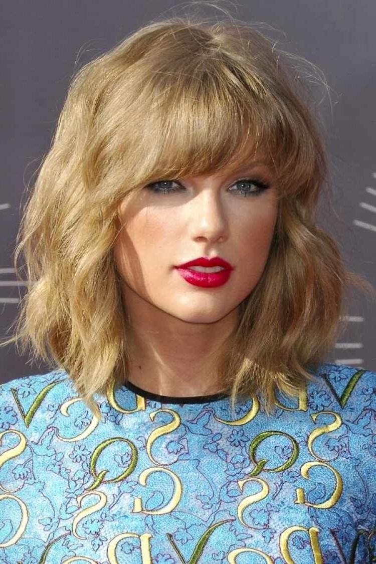 Preferred Taylor Swift Medium Hairstyles Within Welliger Bob Mit Geradem Pony – Taylor Swift (View 7 of 20)