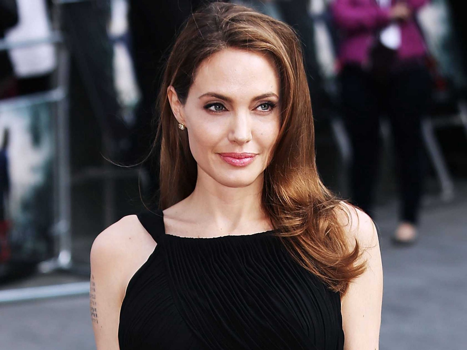Story Of Strive: Angelina Jolie Diagnosed With Bell's Palsy In Well Known Angelina Jolie Medium Hairstyles (Gallery 8 of 20)