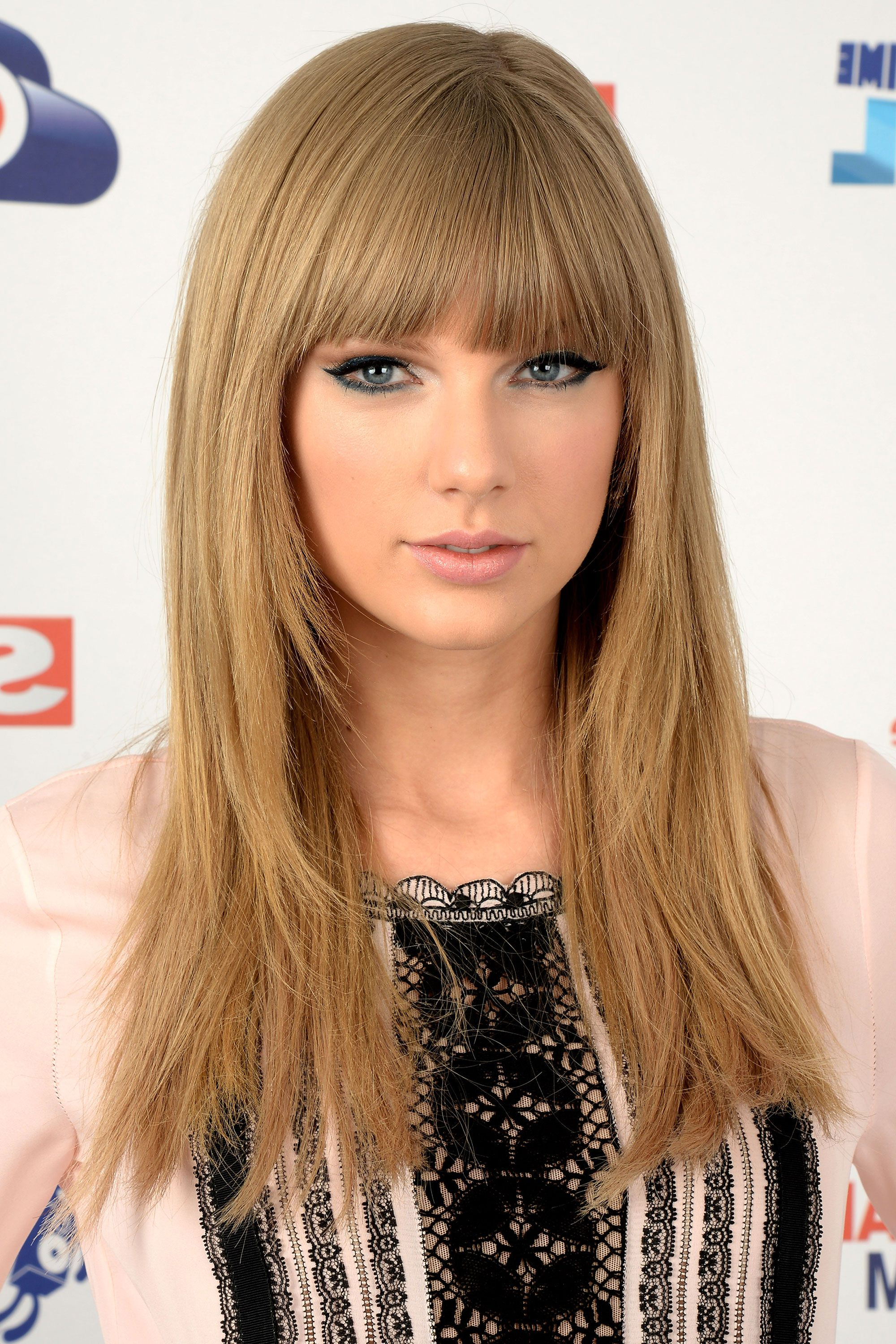 Taylor Swift Hairstyles – Taylor Swift's Curly, Straight, Short In Fashionable Taylor Swift Medium Hairstyles (View 11 of 20)