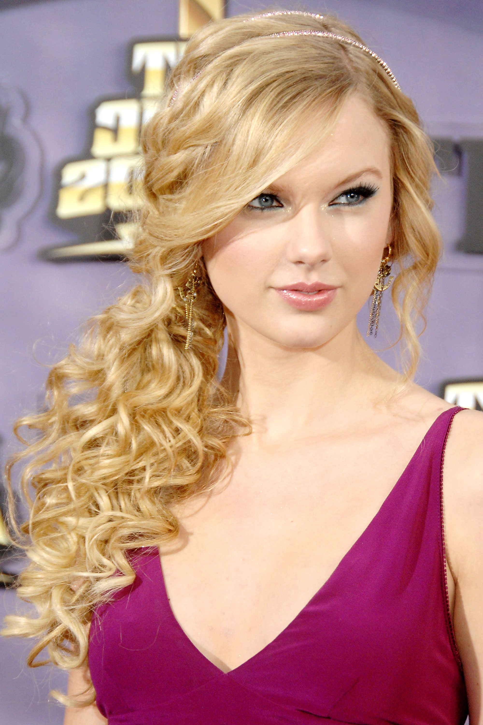 Taylor Swift Hairstyles – Taylor Swift's Curly, Straight, Short Throughout Widely Used Taylor Swift Medium Hairstyles (View 12 of 20)