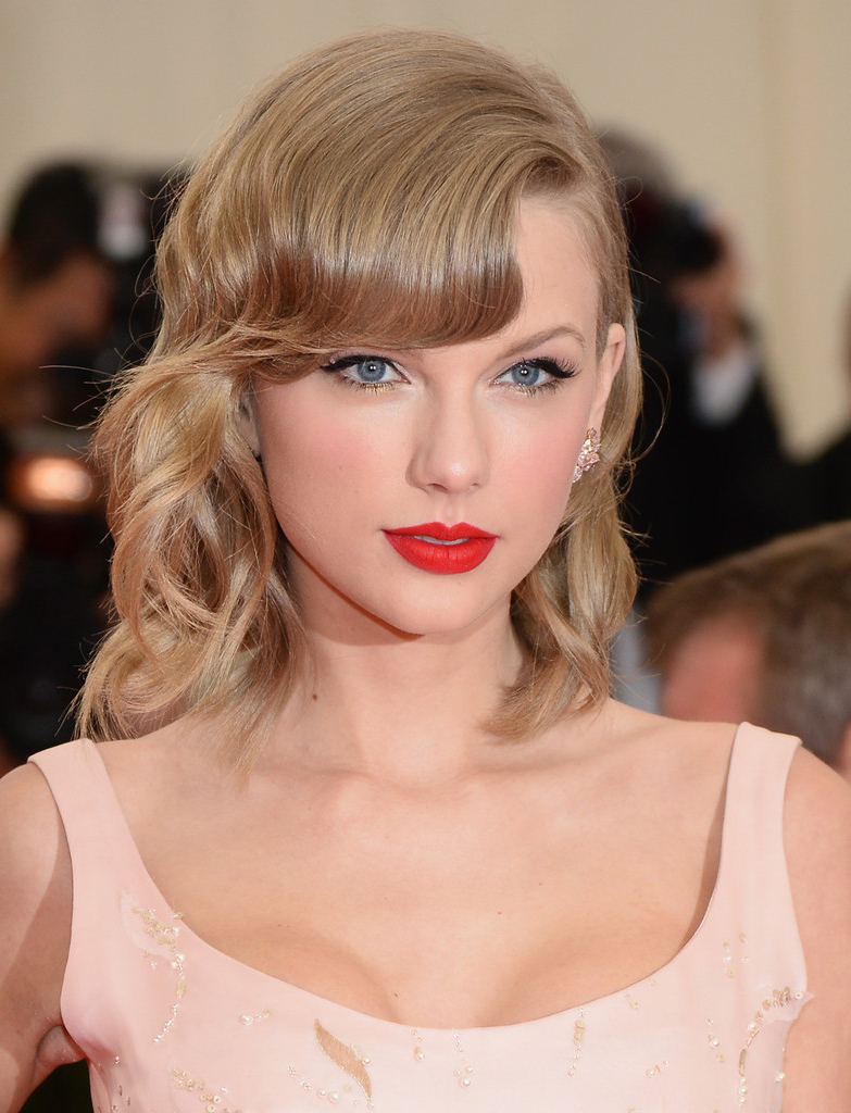 Taylor Swift Medium Wavy Cut With Bangs – Taylor Swift Shoulder Inside Favorite Taylor Swift Medium Hairstyles (View 16 of 20)