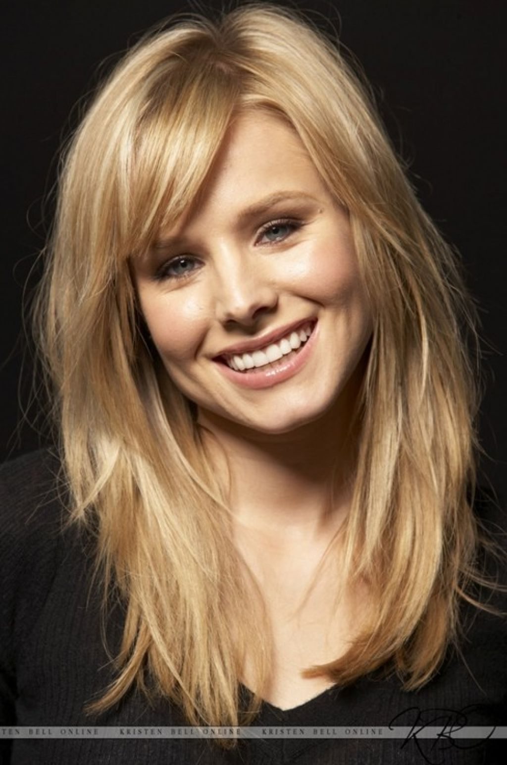 Featured Photo of Layered Medium Haircuts With Side Bangs