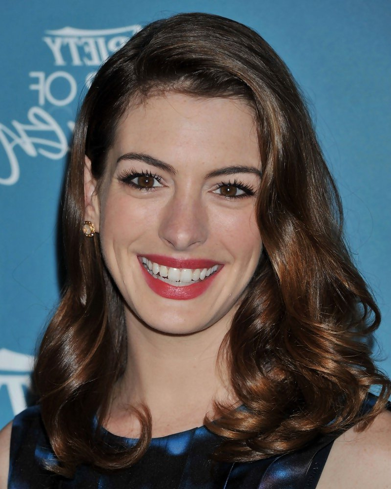 Well Liked Anne Hathaway Medium Hairstyles Regarding Anne Hathaway's Elegant Medium Curls – Celebrity Medium Hairstyles (View 20 of 20)